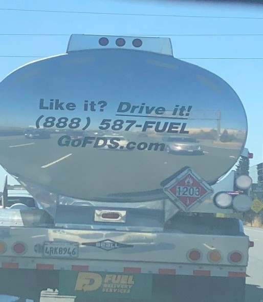 3、油罐车倒影中的场景有可能会被算法误认为是真实的车道线与车辆.jpg